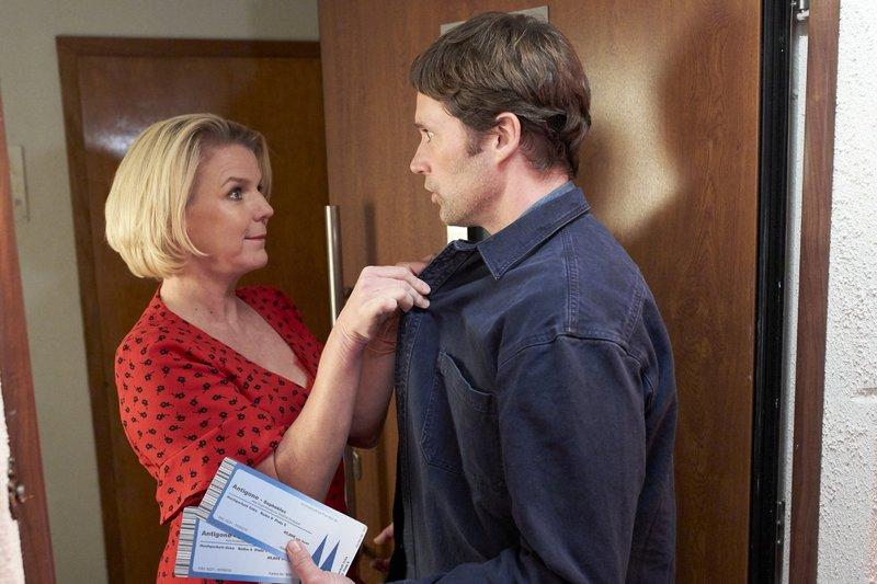 Eva (Mirja Boes) kommt für ihr Date Steffen (Matthias Schloo) im sexy Outfit die Treppe runter. – Bild: RTL