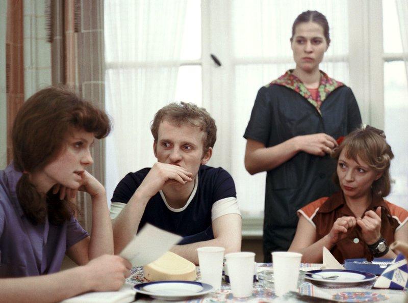 """Anita (Barbara Schnitzler), Susi (Madeleine Lierck) und Ella (Monica Bielenstein, v.l.n.r.) gehören zur Narva-Frauenbrigade, über die Regiestudent Ralf eine Reportage drehen soll. – Bild: """"Bi"""