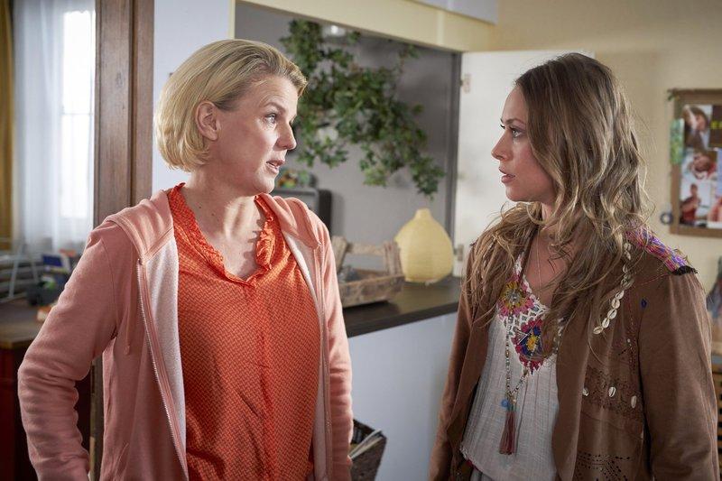 Eva (Mirja Boes, l.) findet gefallen an einem Schülervater, welcher sich als Lehrer von Marie entpuppt. Derweilen hat Toni (Sina Tkotsch) Probleme mit einem Stalker. – Bild: RTL