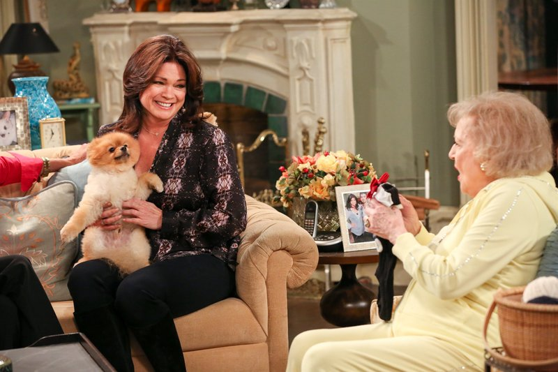 """""""Hot In Cleveland"""", """"Ein Hund namens Clooney."""" Die Freundinnen verlieben sich in einen süßen kleinen Hund und beschließen ihn zu adoptieren. Zuerst müssen sie jedoch Doug, dem Prüfer des Tierheims, beweisen, dass ihre WG hundetauglich ist. Der gutaussehende Doug verführt prompt Melanie, Joy und Victoria und erleichtert sie um eine Stange Geld. Unterdessen lässt sich Elka auf eine ménage ŕ trois ein.Im Bild (v.li.): Valerie Bertinelli (Melanie Moretti), Betty White (Elka Ostrovsky). – Bild: One"""