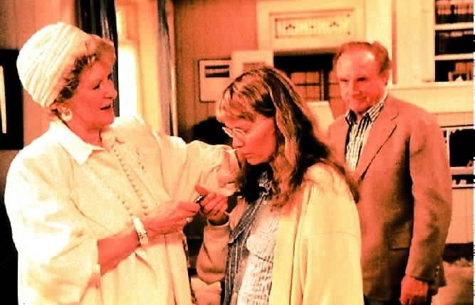 Ein tragischer Vorfall aus der Vergangenheit belastet auch heute noch das Verhältnis von Mutter (Elaine Stritch) und Tochter (Mia Farrow). – Bild: Orion Pictures Corp.