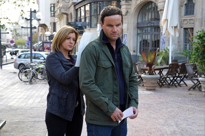 Kerstin Klar (Fiona Coors) und Christian Schubert (Simon Eckert) müssen bei der Suche nach einem Verdächtigen eine lange Liste von Hotels abklappern. – Bild: ZDF und Andrea Enderlein.