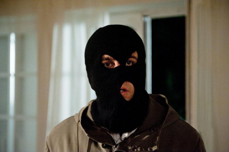 Tristan Fromm (Bastian Pastewka) versucht sein Problem aus dem Weg zu räumen. – Bild: ZDF und Stefan Erhard