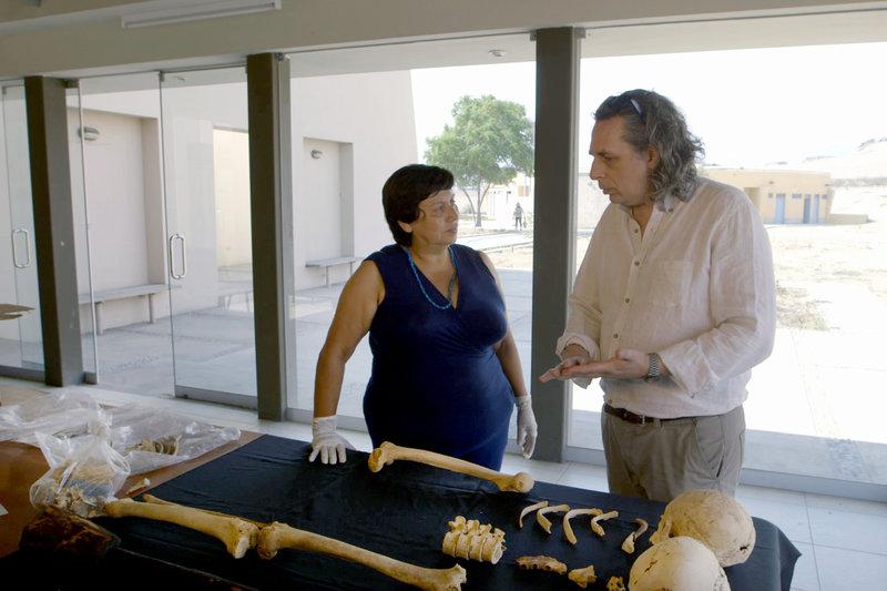 """Peter Eeckhout (re.) mit faszinierenden Funden aus dem Grab des """"Herrn von Sipán"""" in der Huaca Rajada – Bild: ARTE France"""