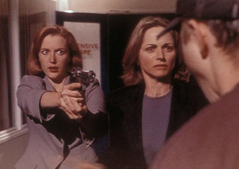 Scully (Gillian Anderson, l.) versucht, Sharon Kiveat (Karen Witter, M.) vor Darin Oswald (Giovanni Ribisi, r.) zu beschützen, der sich in sie verliebt hat und seine übernatürlichen Fähigkeiten dazu benutzt, um alle im Weg stehenden Menschen aus dem Weg zu räumen. – Bild: ProSieben MAXX