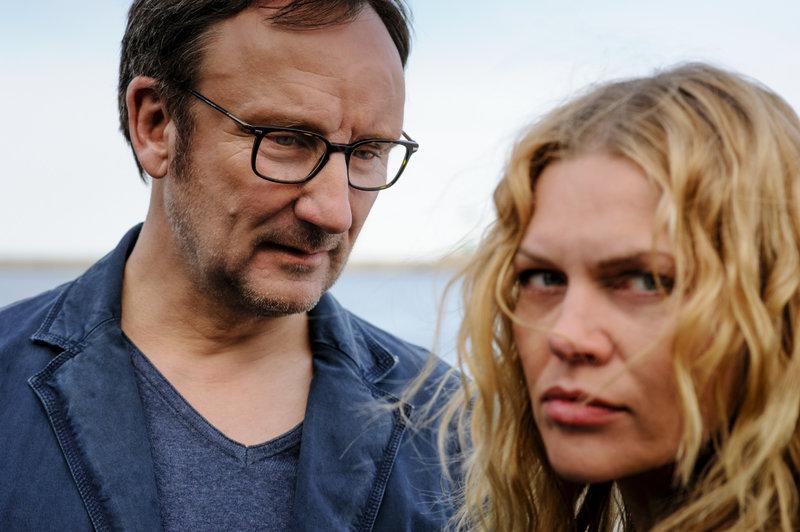 Judith (Anna Loos) und Kaiserlei (Rainer Bock) machen ein Geschaäft auf Gegenseitigkeit. – Bild: ZDF und Stefan Erhard