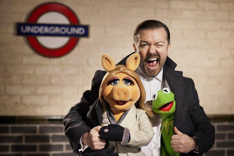 Das große Comeback der Muppet-Show steht bevor. Und das haben Miss Piggy und Kermit dem Tourmanager Dominic Bösewicht (Ricky Gervais) zu verdanken. In ihrer Freude auf eine grandiose Welttournee ahnen sie nicht, dass dieser bösartige Absichten hat. – Bild: RTL / ©Disney Enterprises,