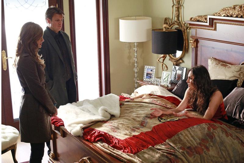 Hatte Regina Cane (Taylor Cole, r.) einen Grund, Holly zu töten? Castle (Nathan Fillion, M.) und Beckett (Stana Katic, l.) wollen das herausfinden ... – Bild: kabel eins