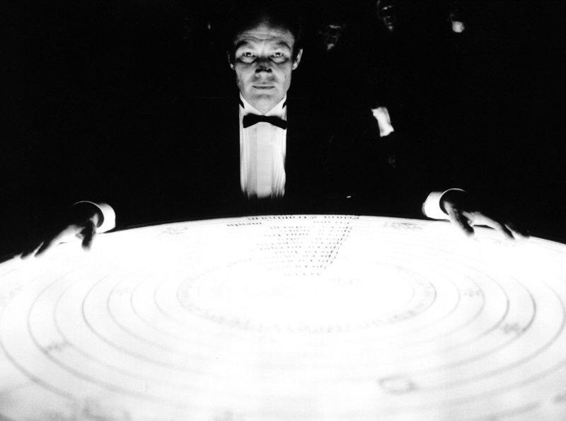 Der Hellseher Jan Erik Hanussen (Klaus Maria Brandauer) versteht es, sich als mysteriösen Weissager des Schicksals zu inszenieren. – Bild: ARD Degeto