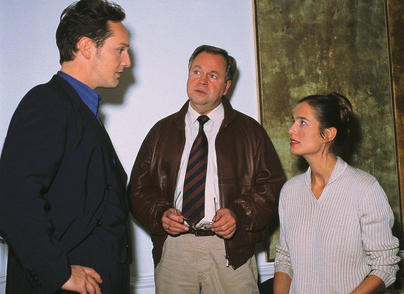 Die Kommissare Bongartz (Max Gertsch, li.) und Kehler (Wolfgang Bathke) sprechen mit der Witwe des Toten, Irina Steinhäuser (Anja Schiller). Sie kann sich den Tod ihres Mannes nicht erklären... – Bild: RTLplus