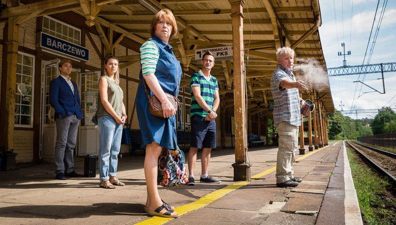 High Noon: Am Bahnhof von Barczewo warten der junge polnische Notar Krzysztow (Piotr Witkowski), Jule (Karolina Lodyga, 2. v. li.) Inge (Marie Gruber), Uwe (Sönke Möhring) und Klaus (Jörg Schüttauf, re.) nicht nur auf den Zug. – Bild: SWR/ARD Degeto/Arvid Uhlig