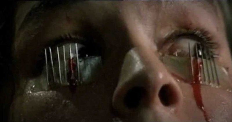 Betty (Cristina Marsillach) ist gezwungen alles mit anzusehen, ob sie will oder nicht ... – Bild: Koch Media Lizenzbild frei