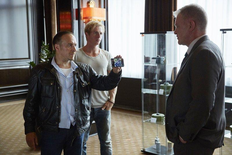 Semir (Erdogan Atalay, l.) und Paul (Daniel Roesner) befragen Torben Wilders (Thomas Lawinky, r.) zu seiner Verbindung zu Jan Rehberg. – Bild: RTL / Guido Engels