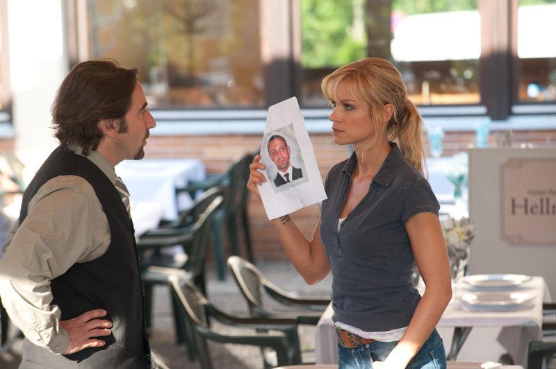 Anna Badosi (Nina Gnädig, r.) befragt den Hotelier Tobias Hellmann (Dieter Landuris, l.) nach dem toten Hoteltester. – Bild: ZDF