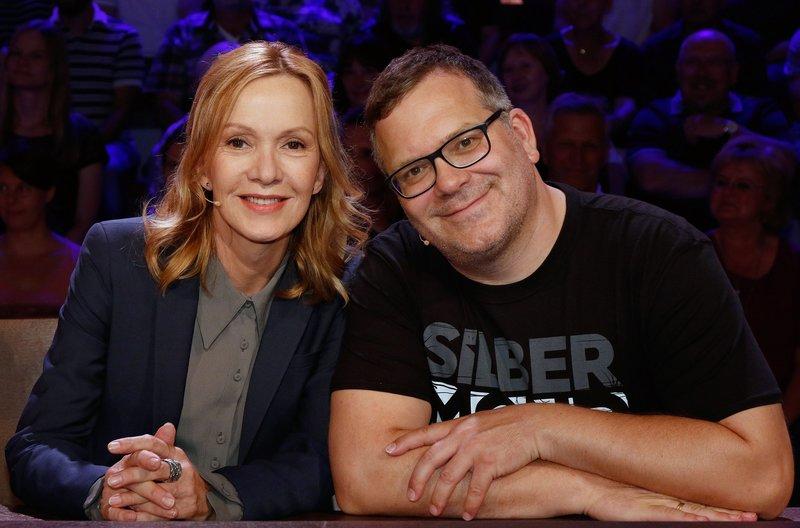 Rateteamkapitän Elton (r.) und die Schauspielerin Katja Flint (l.) bilden ein Rateteam. – Bild: ARD/Morris Mac Matzen