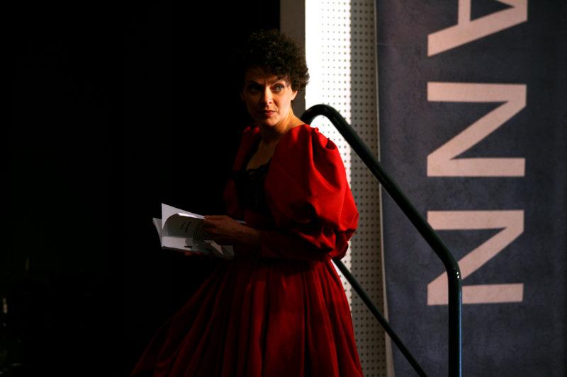 Brigitte Artner (Dorothee Hartinger) kurz vor ihrem Auftritt in der Laienschauspieltruppe. – Bild: ZDF und Stella von Saldern