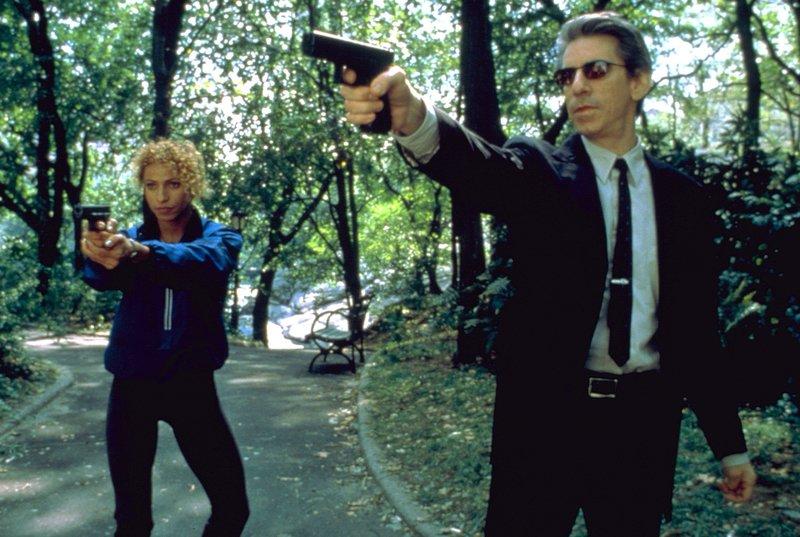 Detective Monique Jeffries (Michelle Hurd) und Detective John Munch (Richard Belzer) jagen den Mörder einer Staatsanwältin. Musste sie sterben, weil sie ihn wegen Vergewaltigung angeklagt hatte? – Bild: TVNOW/Universal Studios/JM