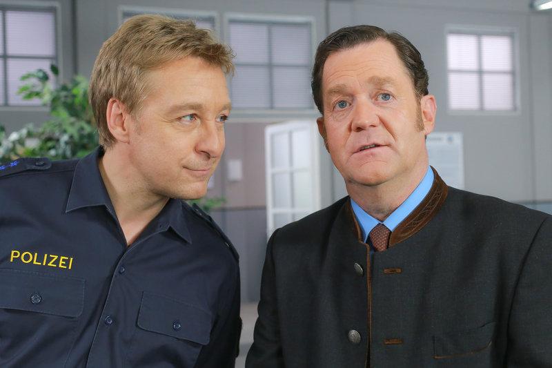 Der Gantinger Bürgermeister Karl Schretzmayer (Jürgen Tonkel, r.) bittet Polizist Michi Mohr (Max Müller, l.) um Hilfe. – Bild: ZDF und Christian A. Rieger - klick