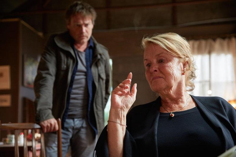 Helga Böhme (Petra Kelling), die Haushälterin des Mordopfers, trauert um den alten Dichter. Doch Kommissar Matti Wagner (Pierre Besson) hat noch ein paar Fragen. – Bild: ZDF und Guido Engels