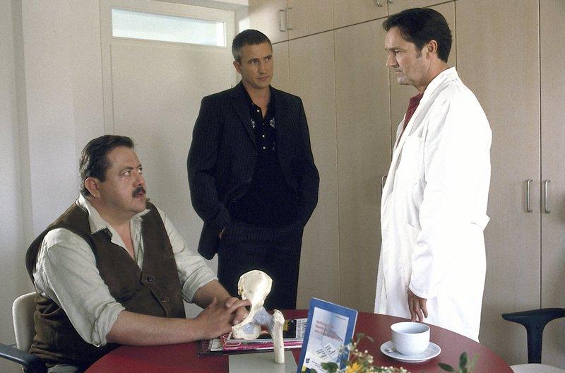 Was weiß Dr. Probst? (v.l.n.r.: Joseph Hannesschläger, Markus Böker, Helmut Zierl). – Bild: ORF 2