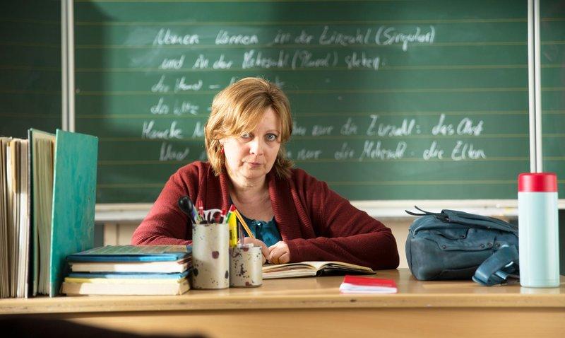 Spielt nicht nach den Regeln der erregten Elternvertreter: Klassenlehrerin Frau Müller (Gabriela Maria Schmeide) ... – Bild: Constantin Film Lizenzbild frei