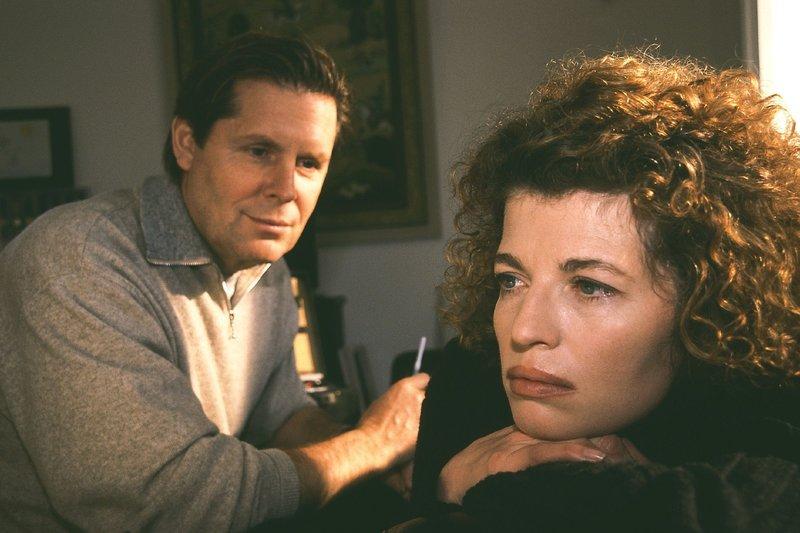Zwischen Stefan (Sigmar Solbach) und Vanessa (Denise Virieux) ist es Liebe auf den ersten Blick. Doch wie Stefan ist auch Vanessa in festen Händen... – Bild: RTL Passion