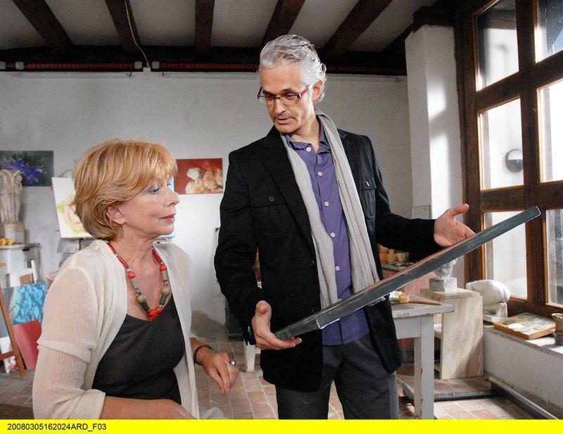 Andrea Langer (Norbert Ghafouri), der Sohn von Georg Baumgarts Studienkollege Otto und Leiter eines Designbüros, entdeckt Charlottes (Ursela Monn) Bilder und ist begeistert. – Bild: BR/ARD/Christa Köfer