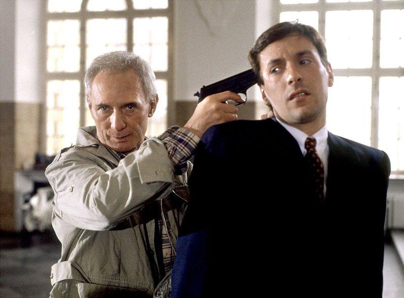 Dem Untersuchungshäftling Hugo Brandstätt (Arthur Brauss, links) ist eine Pistole zugespielt worden. Er nimmt den Staatsanwalt Dombrowski (Oliver Lenz) als Geisel. – Bild: HR