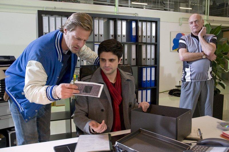 Mick Brisgau (Henning Baum) und Andreas Kringge (Maximilian Grill) durchsuchen die Anwaltskanzlei von Carsten Helbrich (Jochen Kolenda) und finden die Reste des PIN Codes. – Bild: SAT.1 Eigenproduktionsbild frei