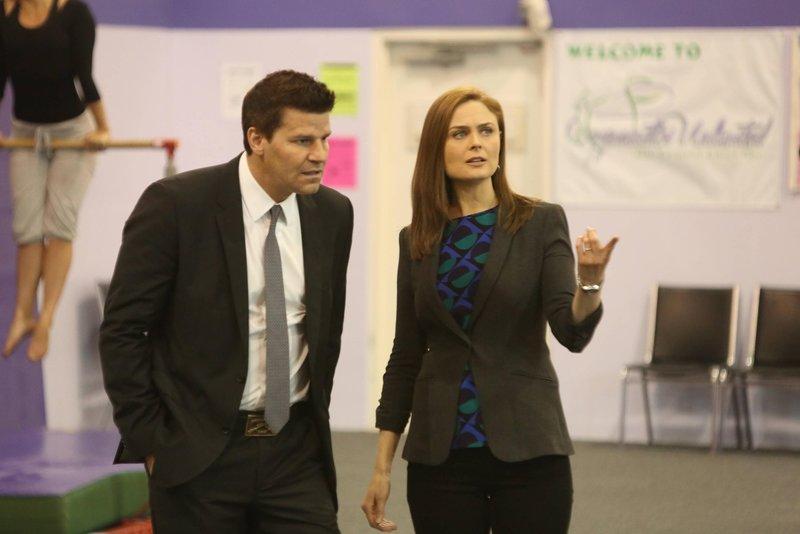 Brennan (Emily Deschanel) und Booth (David Boreanaz) untersuchen den Mord an einer Leistungsturnerin, für den mehrere Verdächtige in Frage kommen. – Bild: TVNOW / FOX