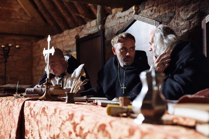 """Die Reihe """"Inquisition"""" zeigt, wie und warum religiöse Fanatiker und Psychopathen im Namen des Christentums ungestraft und mancherorts jahrhundertelang massenhaft foltern und morden konnten. Es geht um Täter und Opfer, um gnadenlose Gerichtsverfahren und grausame Strafen - um Leben und Tod. – Bild: ZDFinfo"""
