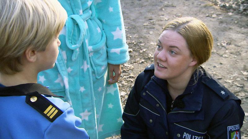 Vom Sohn der gefesselten Mutter bekommt selbst die versierte PK Theresa Mattes kaum Informationen – Bild: RTL II