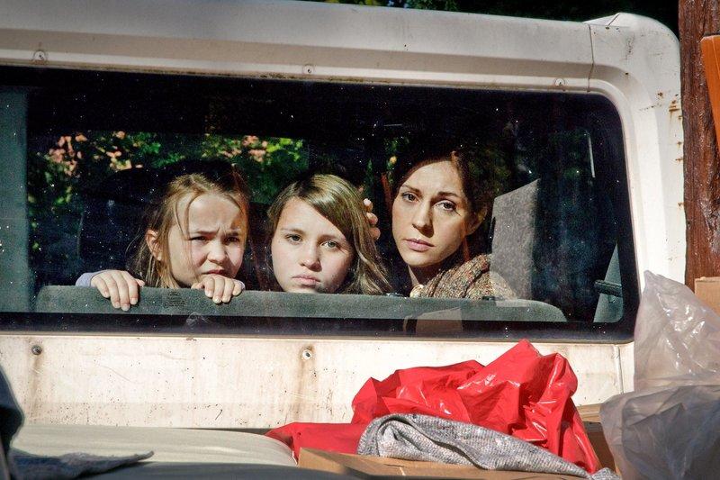 """Veronika (Ulrike C. Tscharre, rechts), Janina (Janina Fautz, Mitte) und Leonie (Lara Sophie Rottmann) sind mit ihrem neuen Leben nicht sehr glücklich. – Bild: """"ARD Degeto/Hendrik Heiden"""" (S 2)"""