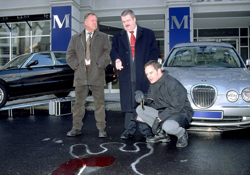 Die Kommissare Kehler (Wolfgang Bathke, li.) und Bongartz (Max Gertsch, re.) wollen wissen, ob der Angestellte des Autohauses (Erich Bar) weiss, warum sein Chef ermordet wurde und ob es mögliche Feinde gibt. – Bild: RTLplus