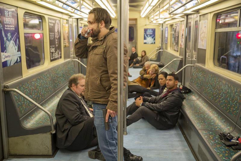 Das Team um Beckett und Castle ermittelt in einem Fall, bei dem Jared Stone (Will Rothhaar, vorne) mehrere Geiseln, unter anderem auch Detective Esposito (Jon Huertas, r. vorne), in einer U-Bahn festhält ... – Bild: Sat.1