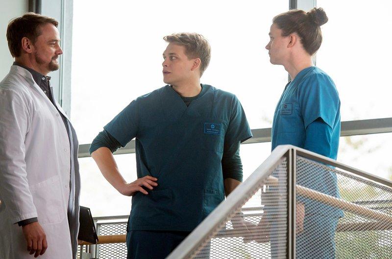 Dr. Marc Lindner (Christian Beermann, l.) findet heraus, dass Tom Zondek (Tilman Pörzgen, r. mit Luan Gummich, M.) einen Obdachlosen im JTK untergebracht hat. – Bild: Das Erste