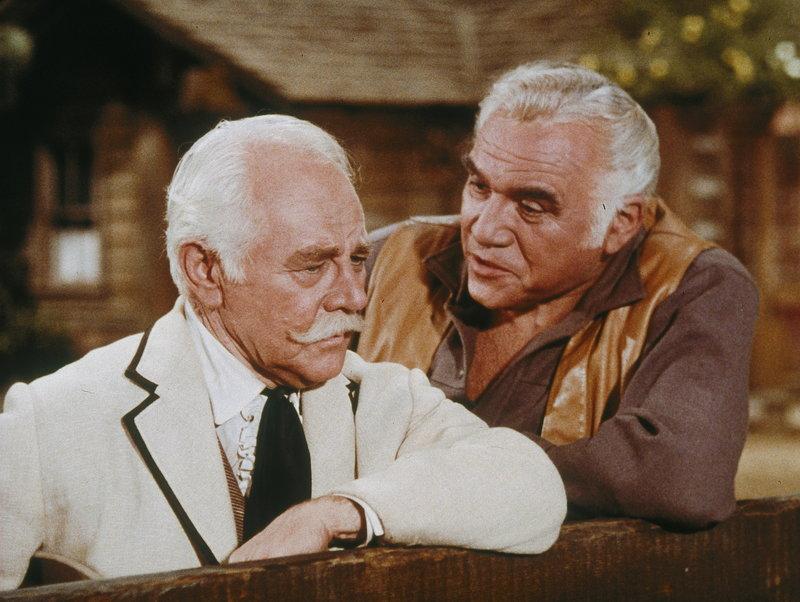 Der einst wohlhabende und jetzt verarmte Colonel Robert Fairchild (Charles Ruggles, l.) ist nicht bereit, mit einem Gaunertrick seinen alten Freund Ben (Lorne Greene, r.) übers Ohr zu hauen. Das passt seinem kriminellen Kompagnon überhaupt nicht in den Kram ... – Bild: Paramount Pictures Lizenzbild frei