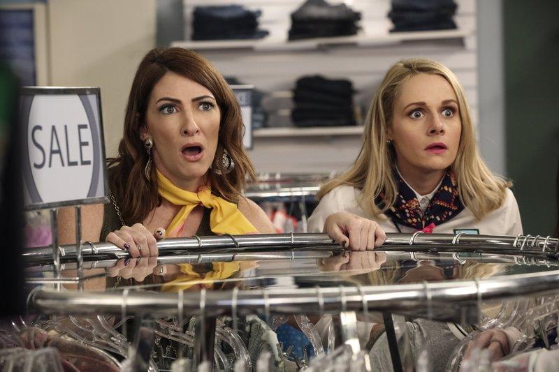 L-R: Chelsea Snap (Katy Colloton), Mary Louise Bennigan (Katie O'Brien) – Bild: Comedy Central