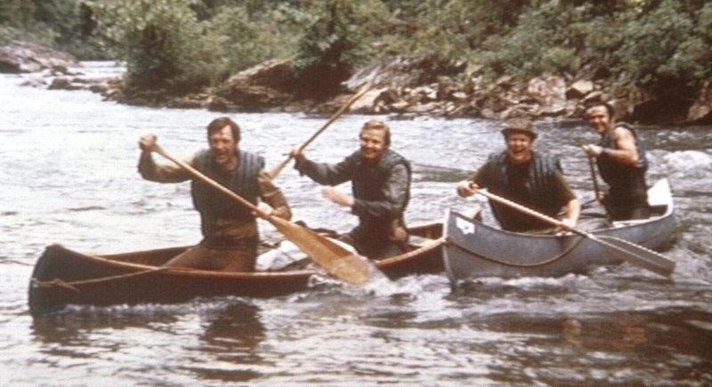 Die vier Großstädter Drew (Ronny Cox, li.), Ed (Jon Voight, 2.v.li.), Bobby (Ned Beatty, 2.v.re.) und Lewis (Burt Reynolds, re.) unternehmen eine Kanufahrt in die Wildnis, um Freiheit und Abenteuer zu schnuppern. – Bild: Kabel Eins
