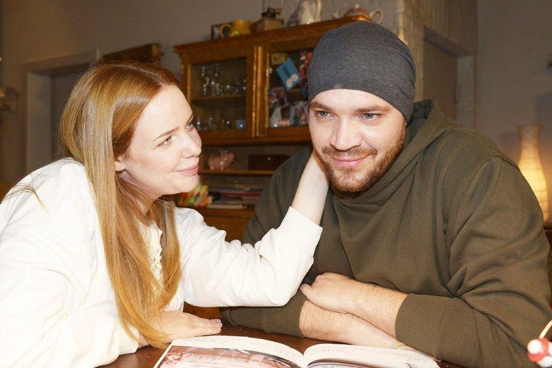 Toni (Olivia Marei) und Erik (Patrick Heinrich) versuchen Lars' Ansichten nachzuvollziehen. – Bild: TVNOW / Rolf Baumgartner