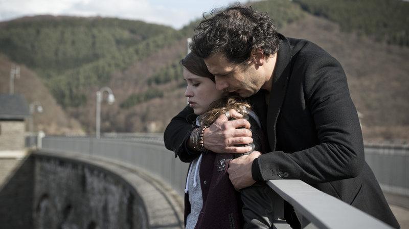 Paul (Mehdi Nebbou) findet Sarah (Janina Fautz) festgeklammert am Abgrund einer Talsperre. – Bild: WDR/Martin Valentin Menke