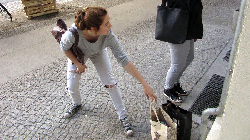 In ihrer Verzweiflung klaut Jeanette auf offener Straße einer Passantin die Einkaufstüten..In ihrer Verzweiflung klaut Jeanette auf offener Straüe einer Passantin die EinkaufstĂĽten.. – Bild: RTL II
