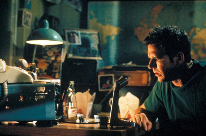 Aufgrund starker Sonnenexplosionen fängt sein Radiofunkgerät intensive Frequenzen auf. Da erhält Frank (Dennis Quaid) eine unglaubliche Funk-Warnung aus der Zukunft - von seinem Sohn ... – Bild: Puls 4