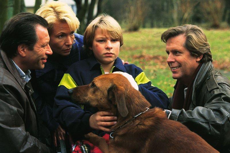 Dr. Stefan Frank (Sigmar Solbach, r.) ist es gelungen, Nicos (Thomas Näßl, M.) Eltern Wolfgang (Michael Zittel) und Elfi Dressler (Angela Neumann) zu überzeugen, dass ihr Sohn einen Blindenhund braucht. – Bild: RTLplus