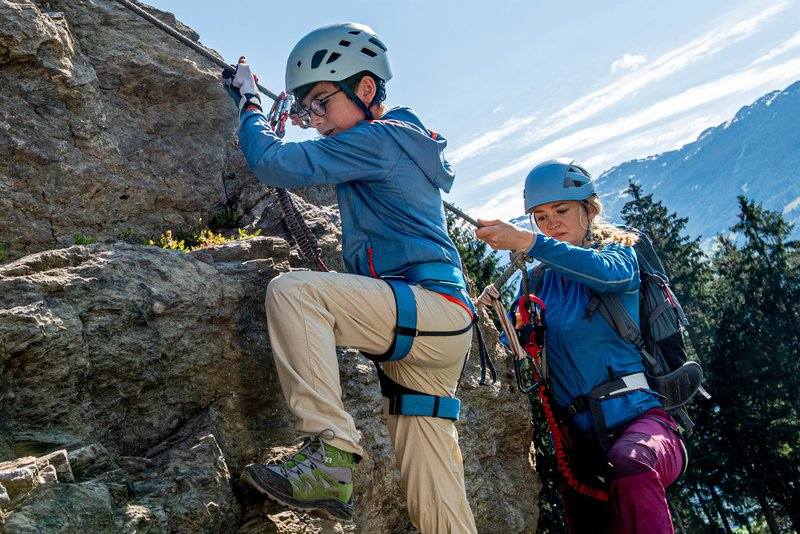 Das Team Alpin von Martina Stadler (Johanna von Gutzeit) führt den elfjährigen Linus (Timo Hack) und dessen Patchworkfamilie durch einen Klettersteig. – Bild: ZDF und Stefanie Leo.