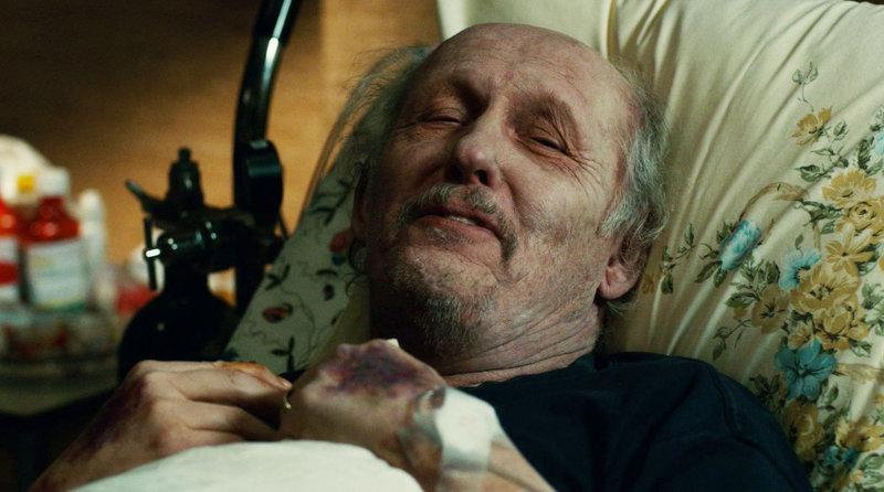 Der im Sterben liegende Albert Riggs (R.D. Reid) ist der Hauptverdächtige in einem Mordfall! Hat er eine junge Mutter wirklich umgebracht? – Bild: TVNOW/ KING FILM PRODUCTIONS II / BETA FILM