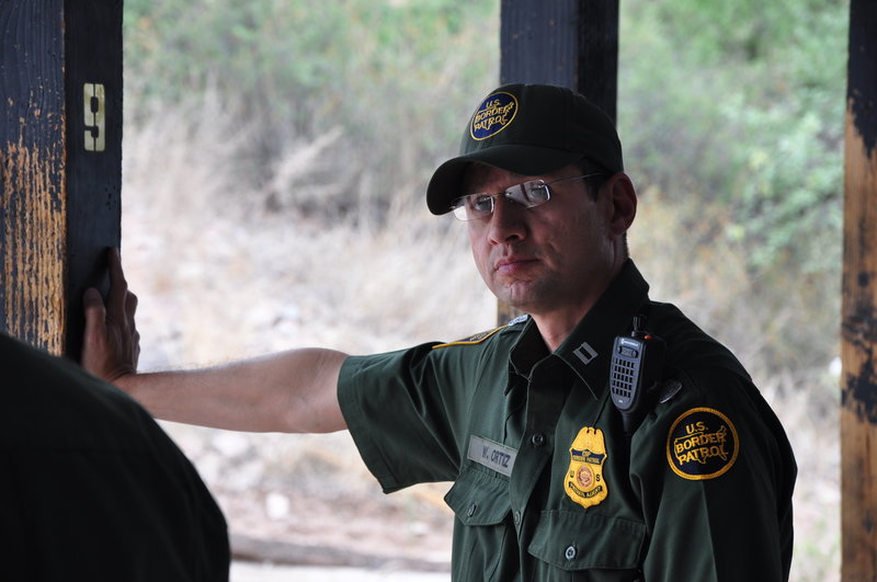 Nogales, Arizona: Supervisory Border Patrol agent William Ortiz. Customs and Border Protection (CBP) teams fight to stop drug smugglers, human traffickers, and desperate migrants from entering the United States. officers. – Bild: NGTV