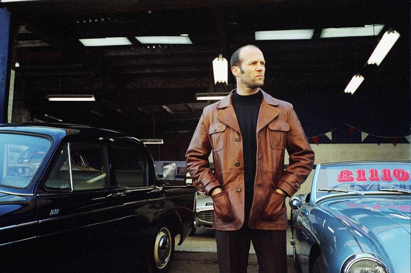 """Das Geschäft mit den Autos läuft nicht wirklich, also lässt sich Terry (Jason Statham) auf den """"Bank Job"""" ein. – Bild: ZDF und Jack English"""