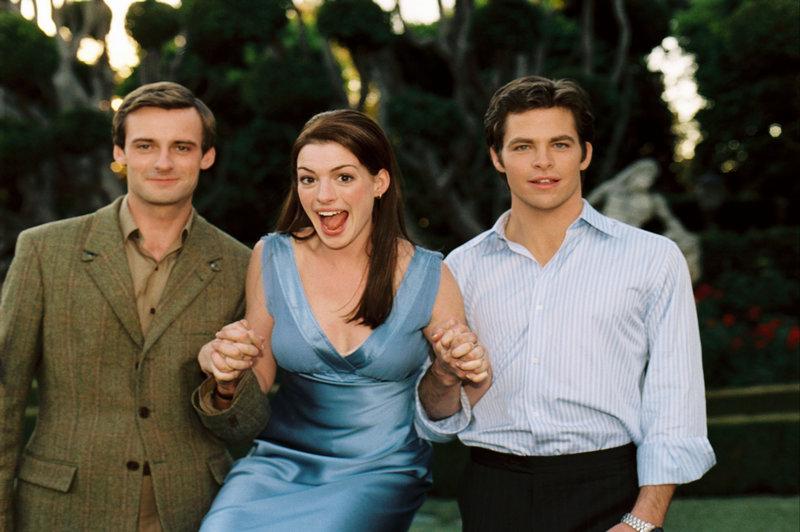 Zwischen zwei Männern: Obwohl Prinzessin Mia (Anne Hathaway, M.) inzwischen mit Andrew Jacoby (Callam Blue, l.) verlobt ist, verliebt sie sich in Nicholas Devereaux (Chris Pine, r.), ihren charmanten Widersacher ... – Bild: BUENA VISTA INTERNATIONAL