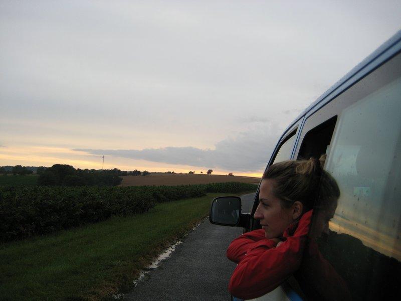 Viele spannende Entdeckungen hat Kathrin Meyer auf dem 260 Kilometer langen Weg von Schweinfurt nach Aschaffenburg gemacht. Im Bild: Kathrin Meyer genießt die Abendstimmung bei Wertheim. – Bild: BR/Kathrin Meyer / Kathrin Meyer